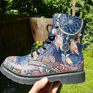 Yes we vibe combat boots size 6.5